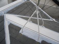 長岡京市の屋根外壁塗装リフォーム。屋根の棟の板金に、錆止めを塗りました。