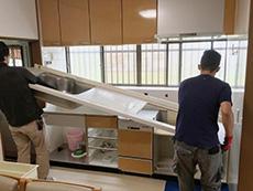 ライオンホームでキッチンリフォーム。白い天板を外して持ち上げています。