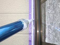 長岡京市の屋根外壁塗装リフォーム。窓の周りのコーキングを新しくしています。外壁を汚す成分が混入していないノンフリートタイプのコーキング材を使用してコーキングをしっかり充填しています。