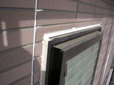大山崎町で外壁塗装リフォーム。窓のサッシ周りのコーキングを新しく打ち換えます。