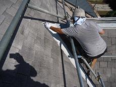 向日市の屋根塗装リフォーム。屋根の板金部分は鉄板で出来ているので、しっかり錆止めを行います。