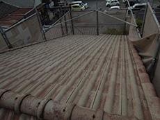 長岡京市の外壁屋根塗装リフォーム。洗浄後の屋根です。白っぽくなりました。汚れとスラリー層をしっかり落とせました。