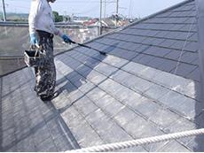 長岡京市の屋根外壁塗装リフォーム。屋根塗装の2回目です。期待耐久年数20年という、驚くほど長持ちする高耐久塗料です。