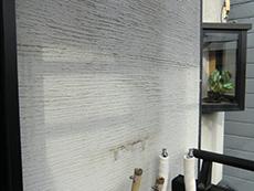 ライオンホームで給湯器交換リフォーム。壁には配管だけが残っています。給湯器を取り外しました。