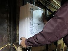 ライオンホームの給湯器リフォーム。新しい給湯器を取り付けます。