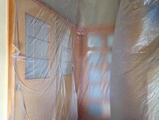長岡京市のお風呂浴室リフォーム。建具もビニールで保護します。物の運搬や出入りで汚れたり傷がつかないように予防します。