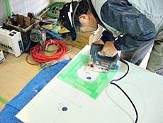 大山崎町のキッチンリフォーム。配管場所に合わせて穴を開けます。