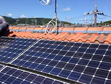 長岡京市の外壁塗装リフォーム。屋根の太陽光パネルの上上がりに、隙間がありました。