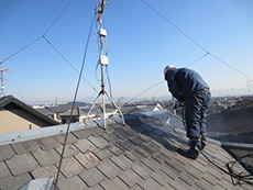 長岡京市の屋根外壁塗装リフォーム。屋根を高圧洗浄機で汚れを落としているところです。