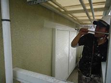 向日市の外壁塗装リフォーム。高圧洗浄機を使って、ホコリや汚れを洗い流し、塗料の付着を高めます。とても重要な作業です。