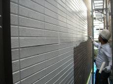 大山崎町で外壁塗装リフォーム。まず外壁は、特殊なプライマーという下塗り材を塗ります。
