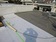 大山崎町の屋上防水リフォーム。塩ビシートを躯体から浮かして、通期が出来るように絶縁緩衝シートを屋上全面に敷いています。