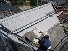 向日市の屋根塗装リフォーム。ライオンホームの屋根塗装は、ローラー手塗の3回塗りが基本です。1回目を塗っているところです。塗料がしっかり密着するように接着剤のような下塗り材を塗ります。遮熱成分も含まれています。