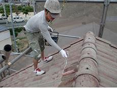 長岡京市の外壁屋根塗装リフォーム。モニエル瓦専用の下塗り材を塗っているところです。