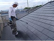 長岡京市の屋根外壁塗装リフォーム。屋根の重ね塗り3回目です。ツヤツヤに黒く光っています。