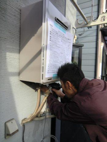 ライオンホームで給湯器交換リフォーム。新しい給湯器を取り付けているところです。前の物とサイズが同じだったので作業がスムーズに出来ます。