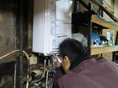 ライオンホームの給湯器リフォーム。今まで使用していた配管に給湯器をつなぎます。