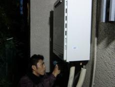 ライオンホームの給湯器交換リフォーム。新しい給湯器を壁から出ている配管に接続します。消耗品であるパッキンも交換しました。