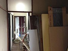 長岡京市の中古マンションリノベーション。マンション1室をまるまるリノベーション中の、作業中の様子です。材料や脚立がいろいろ置いてあります。