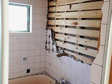 長岡京市のお風呂浴室リフォーム。浴室のタイル壁を解体し始めました。壊してみると中に断熱材が入っていません。