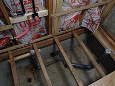 大山崎町の浴室・洗面室リフォーム。洗面室の床も張り替えの為めくりました。やはり、毎日塗れる可能性のある浴室で入り口前が傷んでいました。