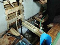 大山崎町のキッチンリフォーム。床下の水道の配管を移動しています。