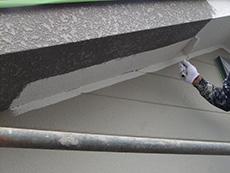 長岡京市の外壁屋根塗装リフォーム。軒裏天井を塗装しています。