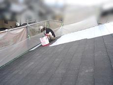 長岡京市の屋根外壁塗装リフォーム。屋根に下塗り材を塗り始めました。