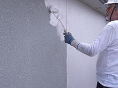 長岡京市の外壁塗装とバルコニー増築リフォーム。外壁2回目を塗っています。白に近いベビーピンクの塗料です。