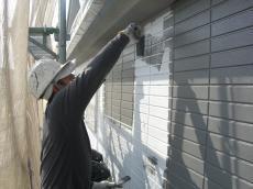 大山崎町で外壁塗装リフォーム。下塗りが終わると、今回はシリコン塗料を2回塗ります。