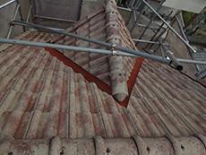 長岡京市の外壁屋根塗装リフォーム。屋根の鉄板部分に錆止めを塗りました。