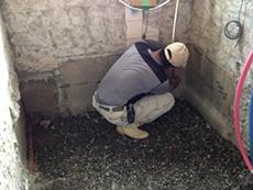 長岡京市のお風呂浴室リフォーム。浴室の解体が済むと、新しく土間を作ります。