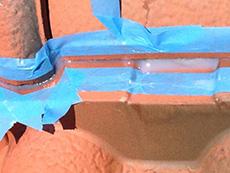 長岡京市の外壁塗装リフォーム。開いていた隙間を、防水の為シーリング材で埋めました。