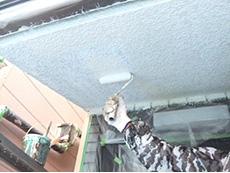長岡京市の外壁屋根塗装リフォーム。軒裏天井を手塗りローラーで塗っています。太陽が当たらない軒天は専用の塗料で塗装します。