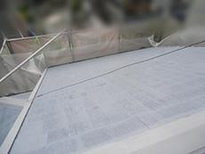 長岡京市の屋根外壁塗装リフォーム。下塗り材を塗り終わりました。乾くと白くなるタイプの塗料なので屋根が真っ白です。