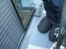 大山崎町で外壁塗装リフォーム。バルコニーで作業中です。バルコニーの床にウレタン塗膜防水を施工しています。