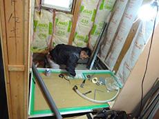 大山崎町の水廻りリフォーム。お風呂組立中です。ユニットバスはメーカー認定の工事会社が責任を持って組立に来てくれます。1坪の1616サイズは、足が伸ばせてゆったりお風呂に入れます。