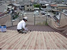 長岡京市の外壁屋根塗装リフォーム。下塗りを2回塗った後、上塗りを塗っているところです。