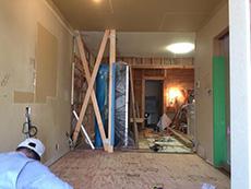 大山崎町のリビングリノベーション。和室の畳をフローリングにする為に、床の下地を作ってます。筋交いがXの形に見えています。