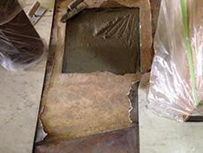 ライオンホームの店舗改装リフォーム。穴にセメントを入れて埋めます。