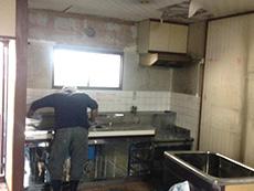 長岡京市のキッチンリフォーム。古いキッチンを外します。