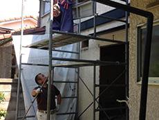 西京区のキッチン増築リフォーム。増築部分に足場を立てています。面積は小さいですが、安全にしっかりした仕事をする為には足場は必要です。
