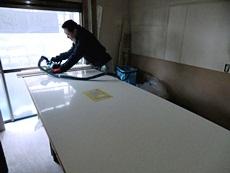 大山崎町のキッチンリフォーム。キッチンパネルを壁に取り付けます。