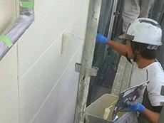 長岡京市の屋根外壁塗装リフォーム。外壁の1回目を塗っています。まずは下塗りから。次に塗る塗料の密着を高める為のものです。