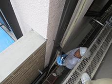 長岡京市の外壁塗装とバルコニー増築リフォーム。雨樋も塗り直しています。2液性弱溶剤シリコンを使用するので耐久性が抜群です。鉄部分には錆止めを塗ります。