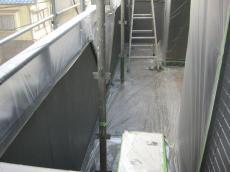 大山崎町で外壁塗装リフォーム。塗料が付いては行けない場所を守るために、ビニールでしっかり養生します。