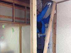 大山崎町の水廻りリフォーム。リビングダイニングと隣室の和室を繋げる工事をしているところです。補強の柱を追加して筋交いも入れます。