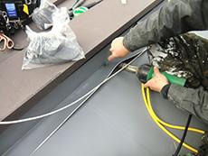 大山崎町の屋上防水リフォーム。屋上側面の立上りと平面のシートの隙間を溶接しています。