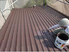 長岡京市の屋根塗装リフォーム。屋根に上塗り塗料を塗っています。