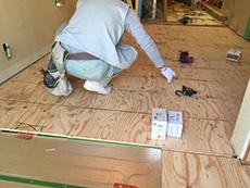大山崎町のリビングリノベーション。床の下地を貼っているその下には、床暖房システムを施工しています。